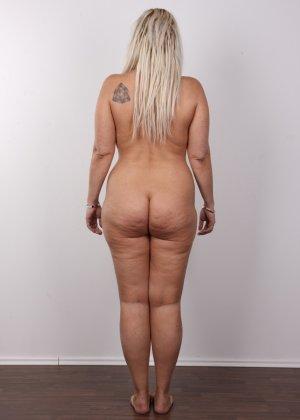 Блондинистая зрелая дамочка с пышными формами позволяет наблюдать за собой, показывая все части тела - фото 13