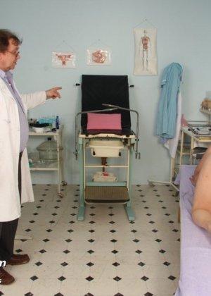 Зрелая Светлана приходит на прием к гинекологу, раздвигает ноги и показывает с себя со всех сторон - фото 11