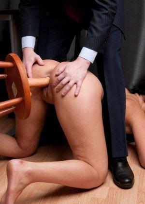 Два зрелых парня издеваются над красоткой суя ей в пизду секс игрушки - фото 2