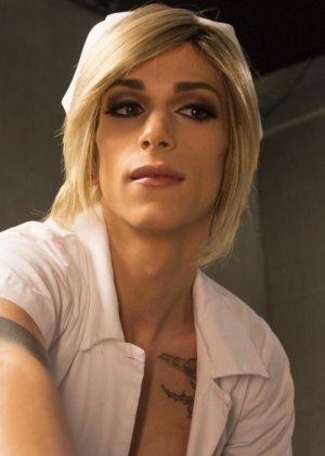 Педик дал в жопу трансвеститу в комнате с мягкими стенами и получил от этого большое удовольствие - фото 6