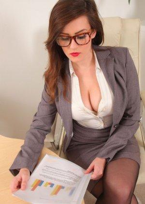 Шарлотта Роуз – шикарная секретарша, которая знает себе цену и показывает все самые лучшие части тела - фото 4