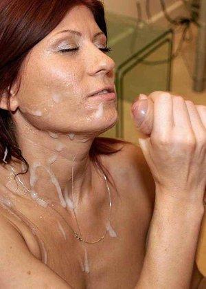 Зрелая рыжеволосая тетка обливает свое лицо большим количеством спермы - фото 10