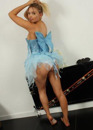 Лола Джей раздевается после Хэллоуина и показывает свое стройное молодое тело - фото 6