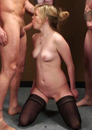 Лесбиянки в сексуальных черных чулках делают отсос своим скромным парням - фото 12