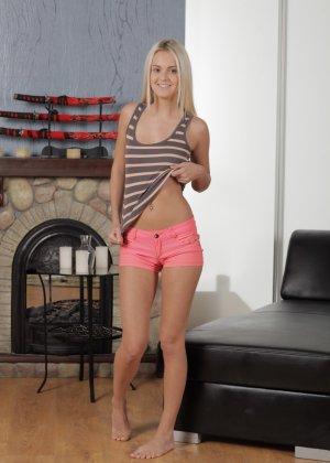 Роскошная блондинка сняла обтягивающие шорты и помастурбировала - фото 2