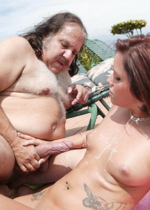 Сексуальная красотка позволяет себя трахать мужчине в возрасте - он получает большое удовольствие - фото 7