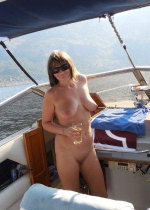 Сексуальная жена хорошенько отдыхает без одежды - фото 54