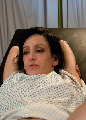 Рисковая дамочка разрешает испытывать свое тело на прочность с помощью некоторых предметов - фото 21