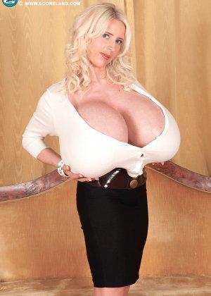 Блондинка с не натуральной грудью вывалила её на осмотр фотографу - фото 8