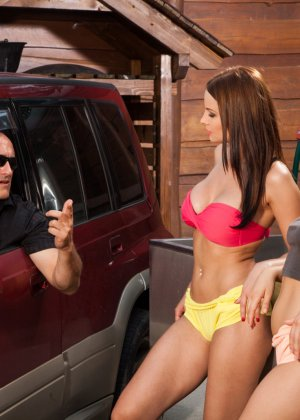 Девушки в сексуальных трусиках взяли в ротик у лысого паренька у машины - фото 1