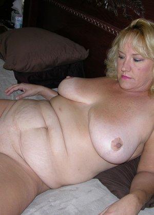 Чужая соседская жена показывает свою старенькую натуральную грудь - фото 10