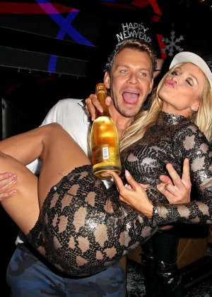 Блондинка Джоана Крупа обнимается со своим новым богатеньким мужиком - фото 13