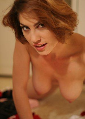 Женщина обладает особым шармом, который она так хорошо передает через свои откровенные фото - фото 14