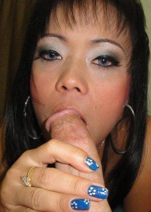 Тайская сучка сосет пенис, а потом присаживается на него вагинальной дыркой - фото 11