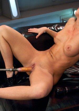 Телка согласилась на настоящее испытание, ее связали, а во все щели вставили мощные секс-машины - фото 13