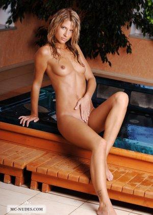 Сексуальная блондинка средних лет очень красиво и эротично позирует сначала на полу, а потом в бассейне - фото 5