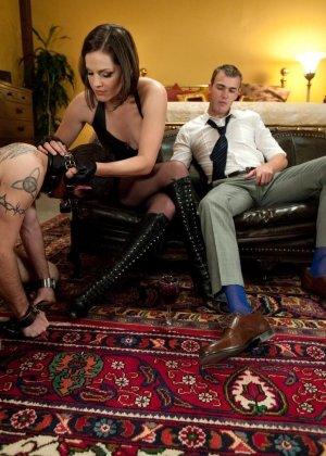 Брюнетка в латексе занимается жестокой еблей с незнакомым мужиком - фото 5