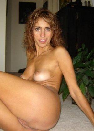 Зрелая девка показывает всем как выглядит её слегка старенькая грудь - фото 10
