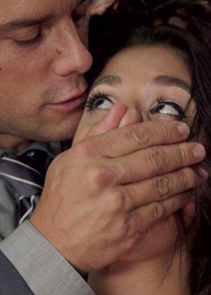 Две девушки соглашаются на нестандартный секс с мужчиной, который с удовольствием трахает их поочередно - фото 5