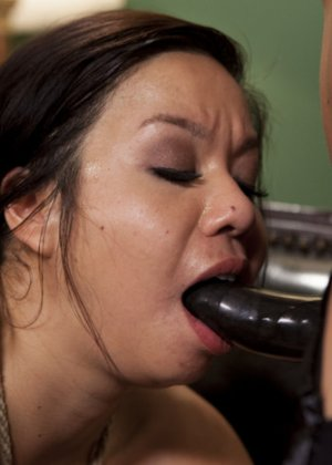 Лесбиянка Кимми Ли связала свою красивую азиатскую подругу, засунув ей в рот кляп, выебала ее как захотела - фото 14