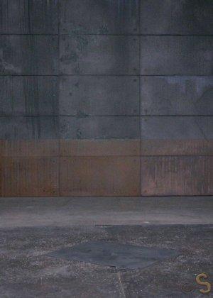 Соблазнительную телку в красном платье ебут два бухих друга в подвале - фото 1