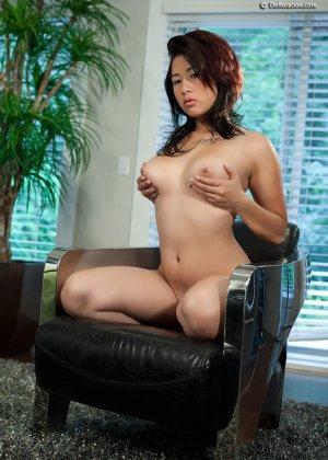 Азиатка с аппетитными формами позирует в голом виде перед фотиком - фото 13