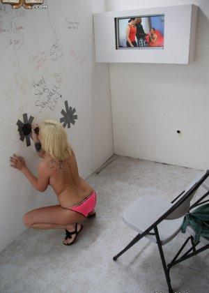 Блондинка вздрочнула черный член через огромную дырку в стене - фото 9