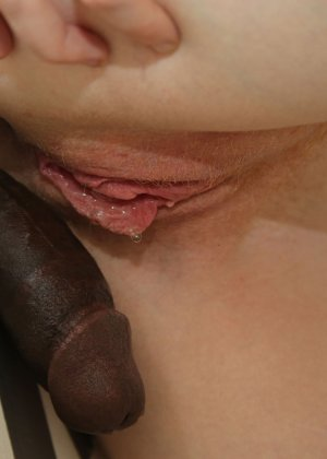 Молодая стерва сделав минет ебется стоя раком у стены и глотает сперму - фото 15