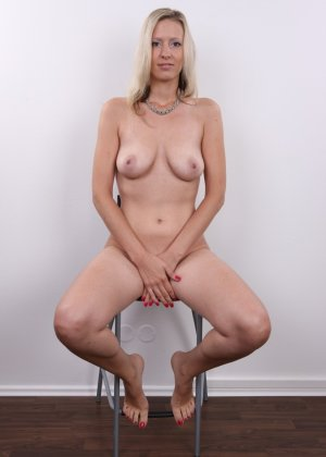 Горячая зрелая блондинка показывает все свои прелести - фото 17