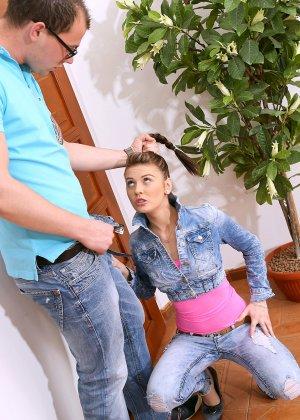 Молодая шмара под кабинетом учитиля делает глубокий минет парнишке - фото 5