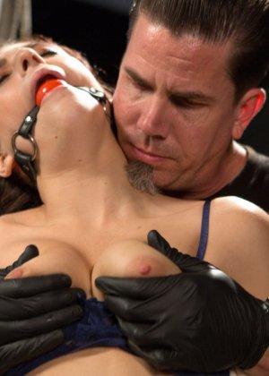 Девушку связывают в неудобной позе, а затем устраивают ей мощный секс с необычными приемами - фото 3