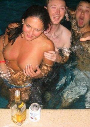 В бассейне красивая малышка занимается страстными развратными делами - фото 2