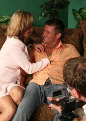 На осмотре нового семейного гнезда мужику предложили за бабки выебать жену - фото 26