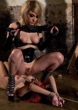 Рыжая рабыня выполняет все требования своей госпожи, эти лесбиянки любят играть в БДСМ на заброшенных стройках - фото 20