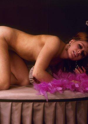 Парочка занимается страстным сексом, при этом не стесняется того, что весь процесс снимают на камеру - фото 9