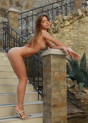 Сексуальная телка Люси с красивыми формами радует мужчин - фото 45