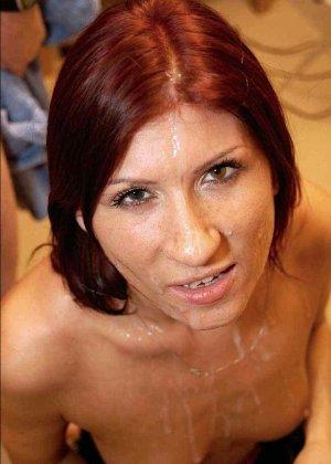Зрелая рыжеволосая тетка обливает свое лицо большим количеством спермы - фото 12