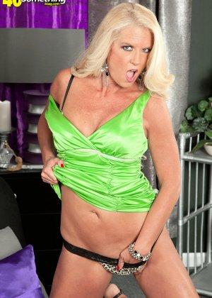 Скромная блондинка снимает с себя леопардовое белье на камеру - фото 11