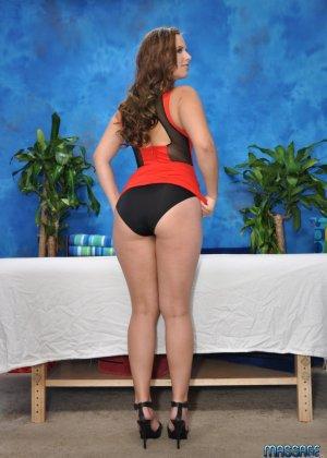 Брюнетка надевает свой эротический костюм и выходит удовлетворять мужиков на массажном столе - фото 3