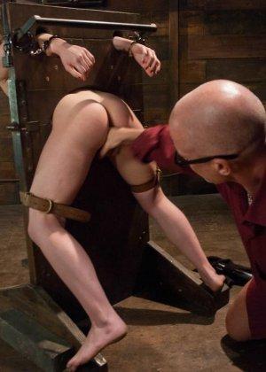 Сексуальную молодую телку зрелый парень жестко выеб в пизду - фото 16