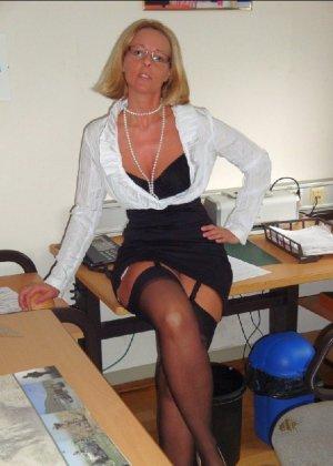 Страстная секретарша мастурбирует свою шмоньку в шефа дома - фото 3