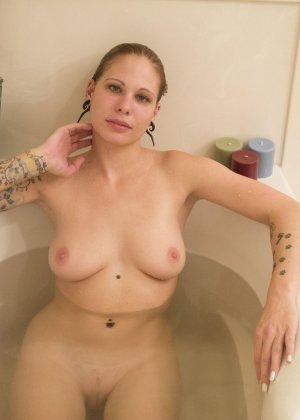 Красивая американская телка с тату не снимая трусиков плескается в ванной - фото 12