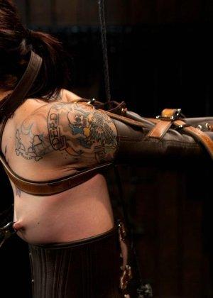 Татуированная молоденькая девица впервые пробует БДСМ - фото 11