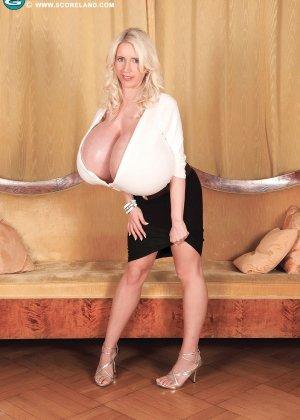 Блондинка с не натуральной грудью вывалила её на осмотр фотографу - фото 6