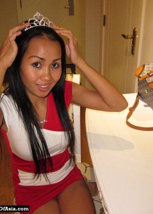 Красивая азиатская девушка со стройной фигуркой засветила свои трусики - фото 10