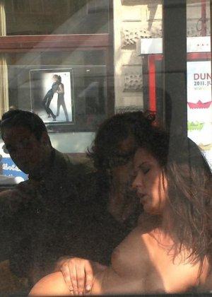Развратную кучерявую сучку натягивают в автобусе после работы - фото 12