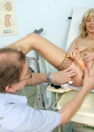 Женщина оказывается на приеме у гинеколога и раздвигает ноги для очень тщательного осмотра - фото 13