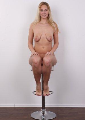 Блонда с огромными сосками выполняет каждую просьбу на этом кастинге - фото 16