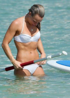 На пляже телка с маленькими формами позирует перед камерой папараци - фото 10
