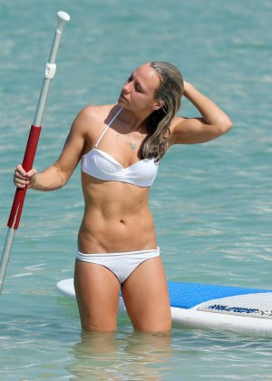 На пляже телка с маленькими формами позирует перед камерой папараци - фото 11